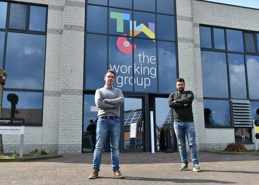 Sem en Nick (r) voor hun bedrijf aan de Juniorslaan in Leest.