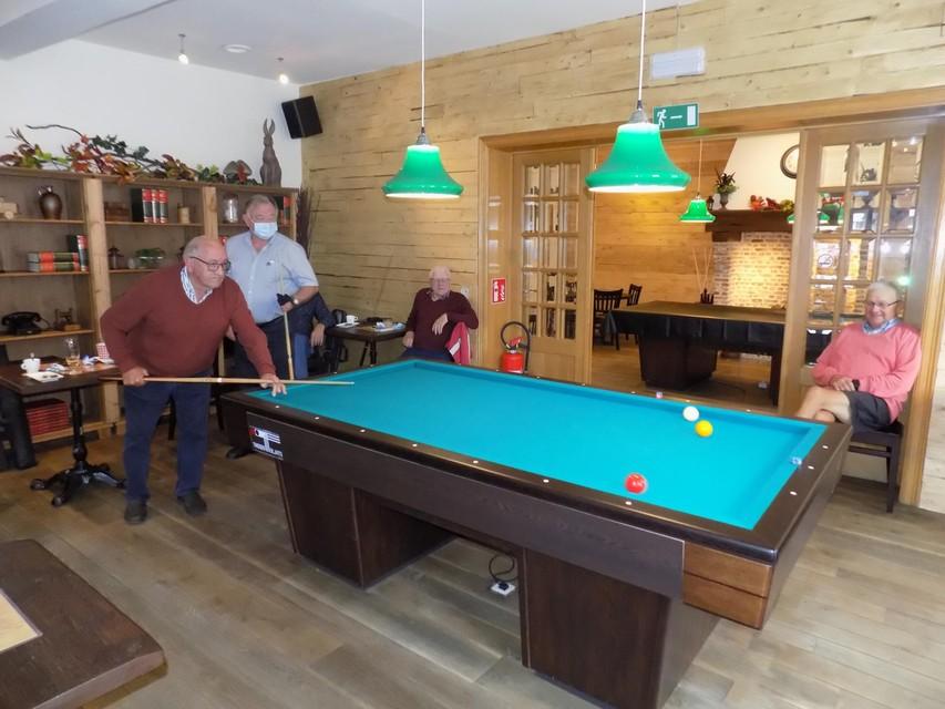 De biljarters zijn meteen van de partij in het vernieuwde café De Valk in Kasterlee.