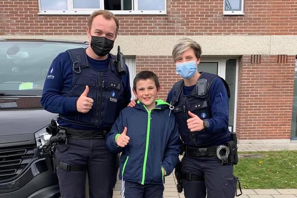 Lucas kreeg na zijn hulp een ritje in de combi aangeboden en ontving ook enkele geschenkjes van de politie.