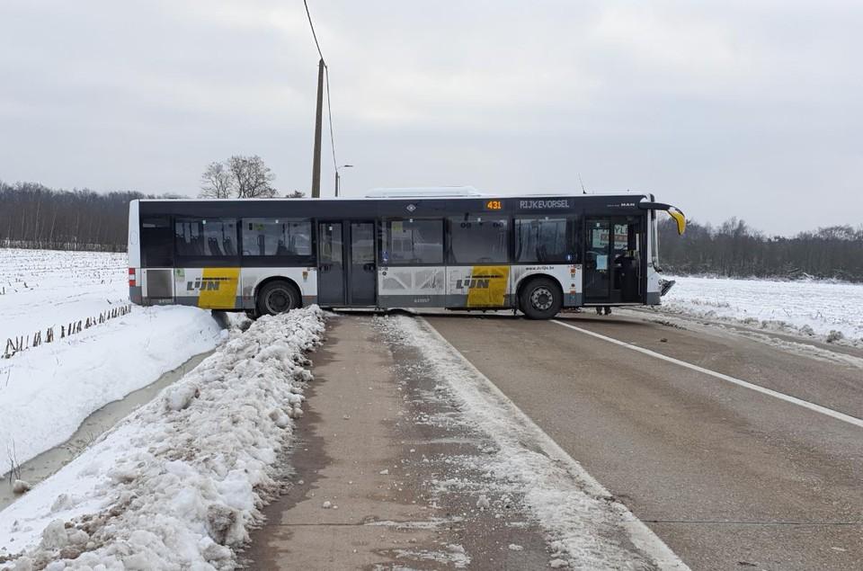 De bus van de lijn 431 tussen Turnhout en Rijkevorsel kwam met de achterkant in de berm terecht.