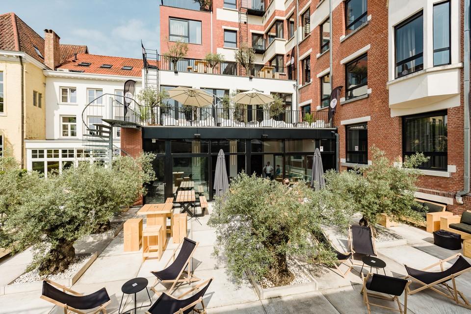 De zomerbar beslaat maar liefst drie verdiepingen van het hotel.