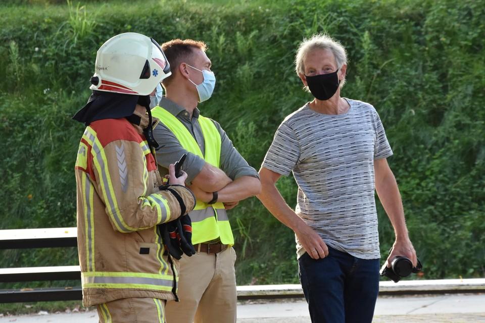 Overleg tussen brandweerkapitein Kris Engels, directeur Tom Sas, preventieadviseur Freddy Hertog (rechts).