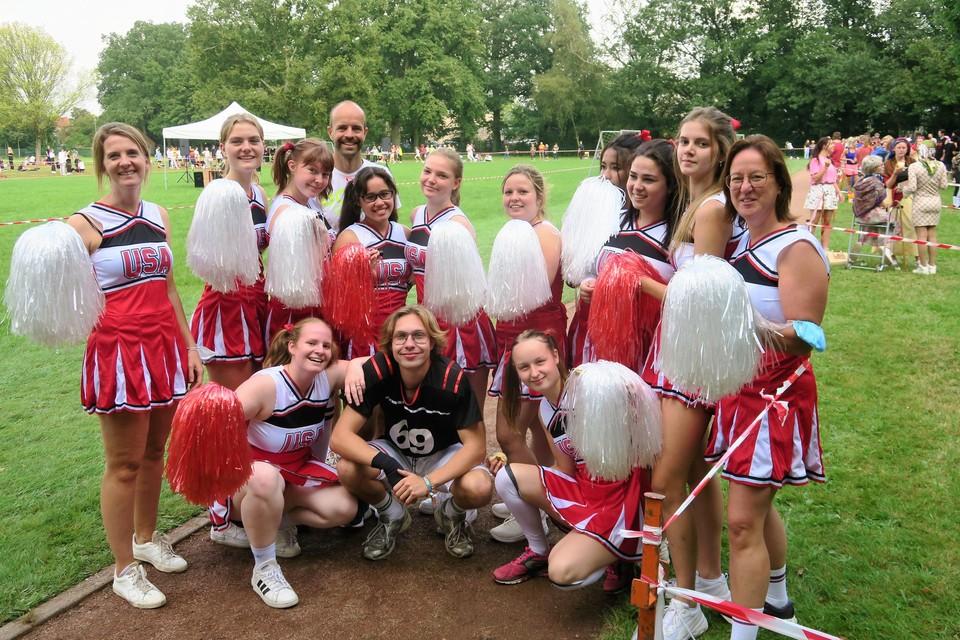 De winnende cheerleaders van 5 en 6 Verzorging met hun eveneens verklede leerkrachten Liesbeth Van Camp en Veerle Veron en op de achtergrond sportleerkracht Steven Gys.