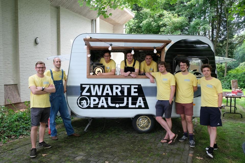 Jannes De Cuyper (uiterst links) met de rest van het bestuur van Zwarte Paula.