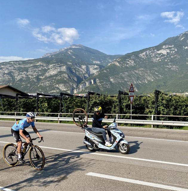 Evenepoel op stap met zijn gewone fiets, de bondscoach wijst de weg.