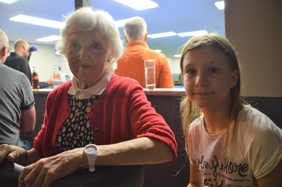Amelia 'Germaine' Zagers samen met haar kleindochter Amelia (11) Janssen. Beiden kwamen supporteren voor respectievelijk zoon en papa.