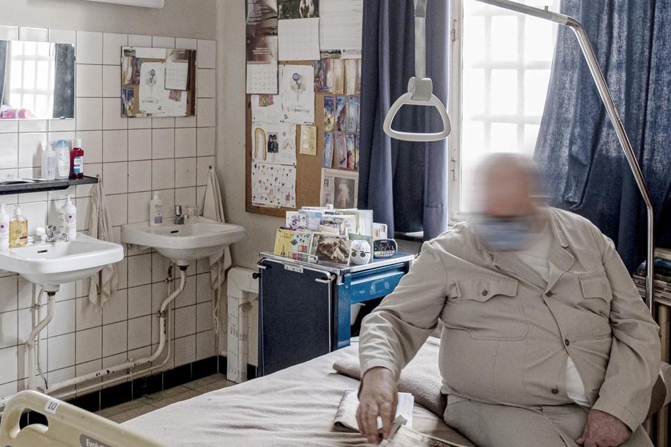 Guido belandt op de hulpbehoevende afdeling, waar hij met zeventien andere 65-plus gedetineerden een slaapzaal deelt. In Merksplas krijgt hij de nodige zorg, kinesitherapie en psychologische hulp.