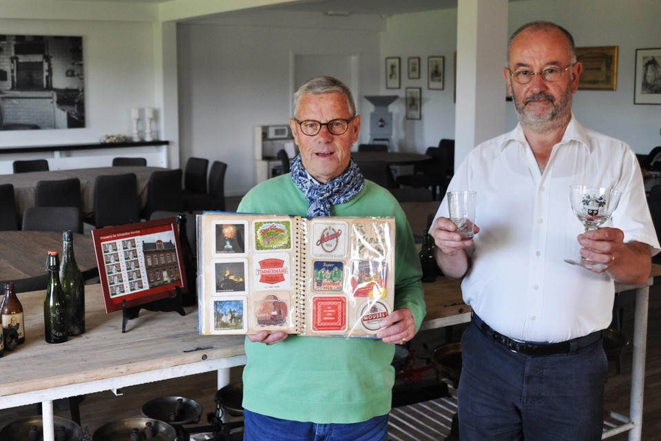 Willy Van den Branden en François Joos stellen hun collectie over vervlogen Wase brouwerijen tentoon in Oud Huys Mariman.