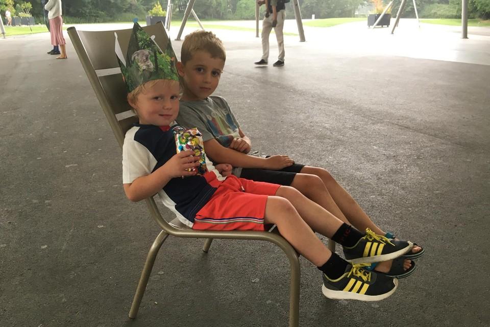 Deze twee boertjes, met links de jarige Marcel mochten de stoel uittesten.