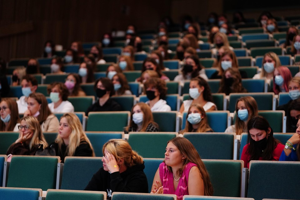 In het auditorium van de HOGENT hadden veel studenten een mondmasker aan.