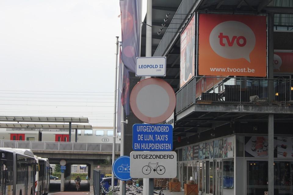 De Leopold II-laan, aan het station en het bioscoopcomplex Siniscoop, krijgt waarschijnlijk een nieuwe naam.