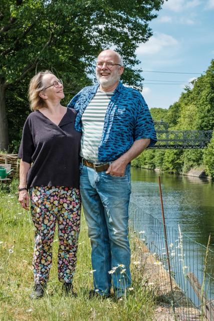 Matty en Bert met achter hen de baileybrug uit de Tweede Wereldoorlog. Het is de enige weg naar en van hun eiland.