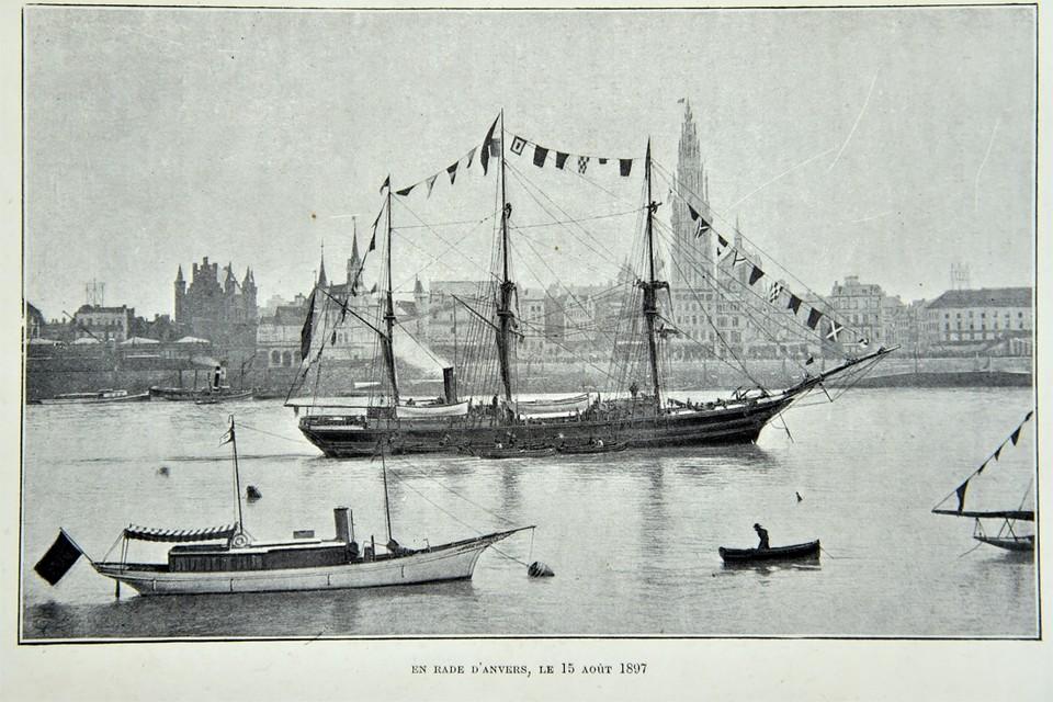 Op maandag 16 augustus 1897 vertrekt de Belgica in Antwerpen, door de monding van de Schelde. Maar eens op zee gaat de stoompomp al kapot.