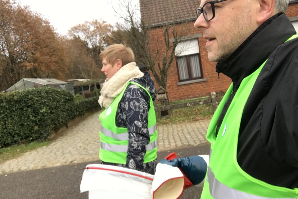 Marieke Deckers en Roel Biesemans trekken iedere maand twee keer door hun buurt in Winkelomheide om zwerfvuil te ruimen.