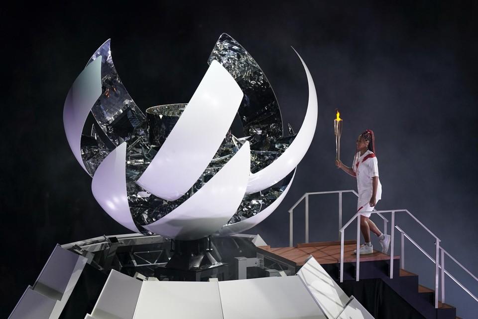 De Amerikaanse tennisster Naomi Osaka kreeg de eer om de olympische vlam aan te steken.