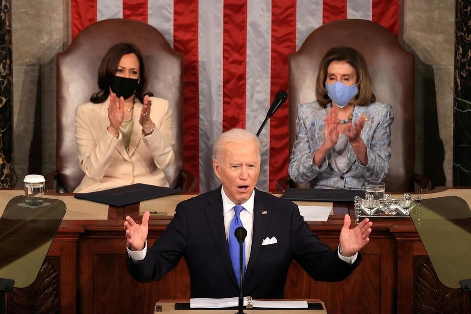 Twee vrouwen – Kamala Harris en Nancy Pelosi – achter de president  bij een speech in het Congres, dat was nog nooit gebeurd.