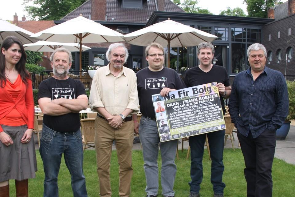 De organisatoren van het festival Na Fir Bolg staan in 2014 bij Zjef Vanuytsel.