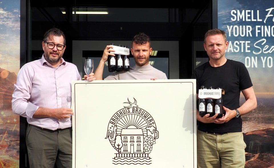 Brughuis-brouwers Piet De Smet en Frank Vlayen gaan voor de verkoop in zee met Kevin Goos van Quali Drinks.