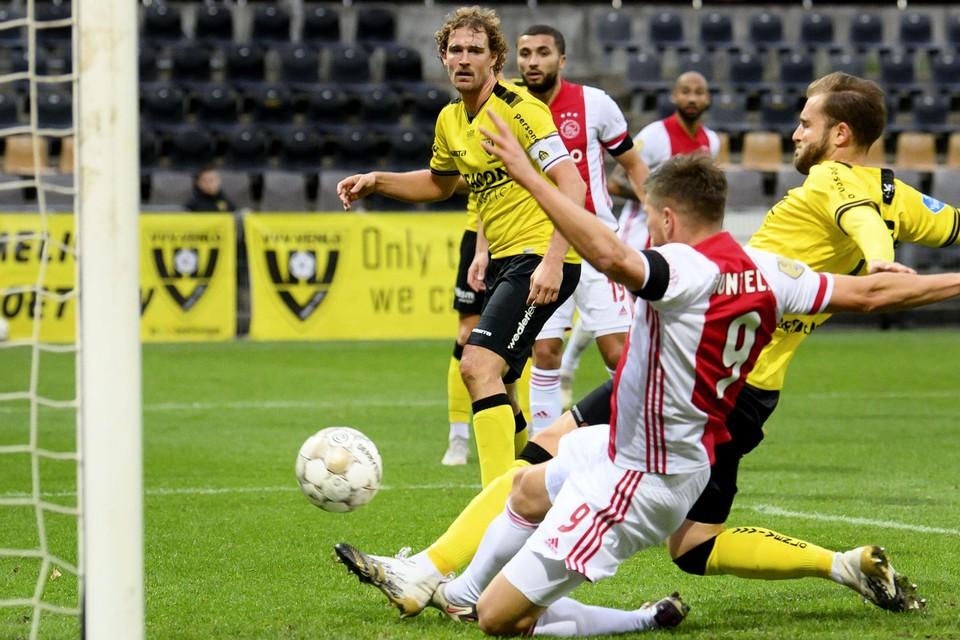 Aanvoerder Swinkels ziet hier hoe Huntelaar de 0-11 binnenschuift.