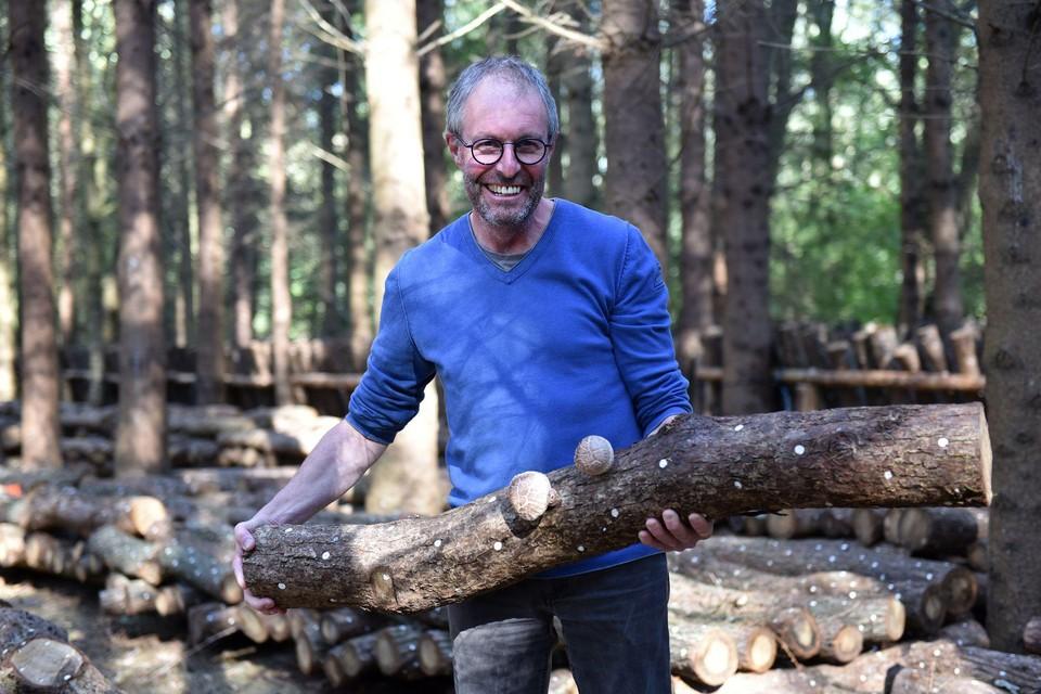 Bart aan het werk met zijn houten stammen