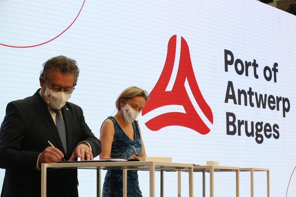 Dirk De fauw en Annick De Ridder tekenen de fusie.