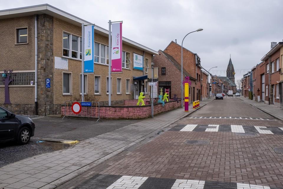 Aan deze school in de Blaasveldstraat daagde geen meisje op, maar zeven gemaskerde kerels.