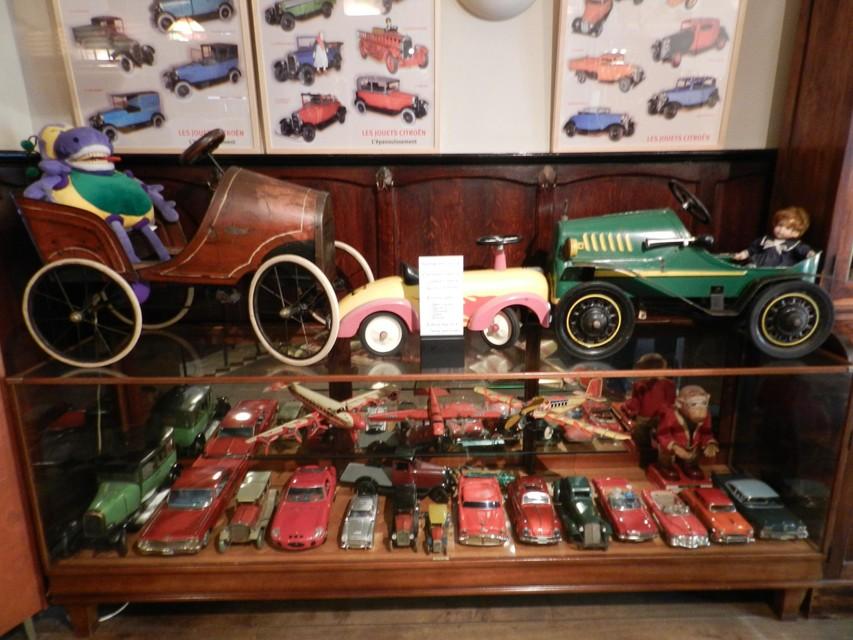 De collectie bestaat onder andere uit speelgoedauto's.