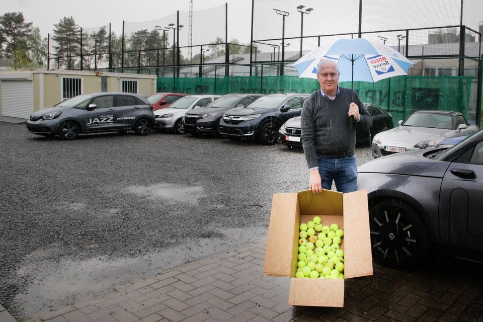 """Zaakvoerder Bart Vandewalle van Hondagarage Vabis in Kalmthout met een verzameling padelballen. """"Ze maken deuken in mijn wagens."""""""
