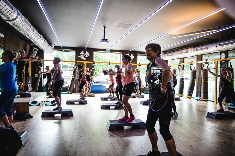De zaal waar groepslessen gegeven worden, zat woensdagochtend in NRG Fitness in Schilde al vol.