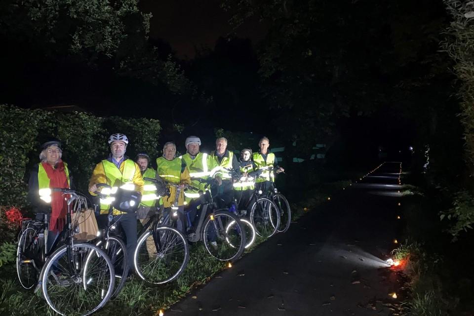 De donkere fietssnelweg werd verlicht met led-theelichtjes.