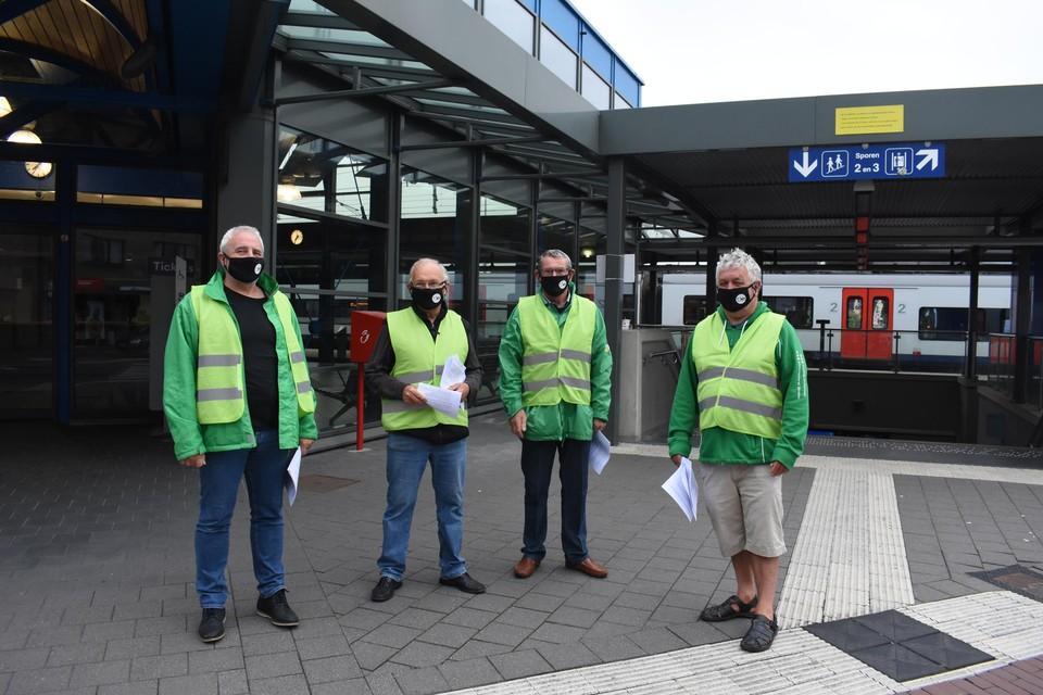 Militanten van ACV-werkgroep Spoor Mol aan het station van Mol.