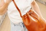 thumbnail: DIY-pakket voor je eigen bucket bag - Aesaert - 90 euro. Ook beschikbaar om je eigen heuptasje of kindrboekentas te maken. / www.lederworkshop.be