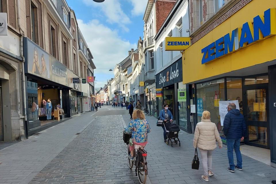 In onder meer de Antwerpsestraat blijft het mondmasker verplicht.