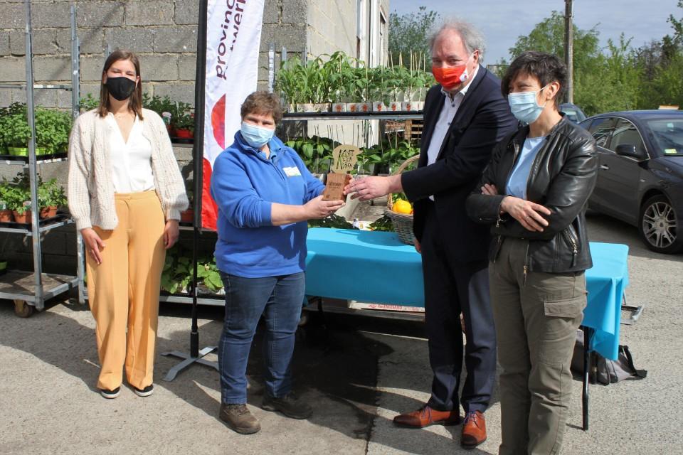 Linda krijgt de trofee uit handen van de gedeputeerde van Landbouw Ludwig Caluwé.