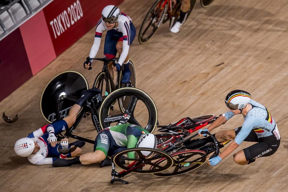 Oeps, daar gaat de olympische droom van Lotte Kopecky. Net als in de ploegkoers maakt ze in het omnium keihard kennis met het houten ovaal.