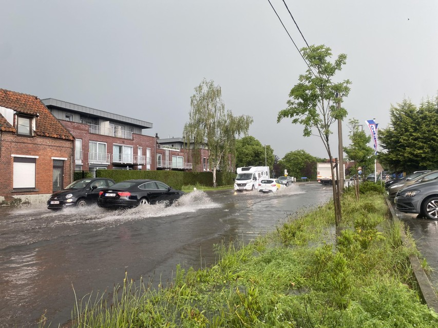 Tijdens de wolkbreuk van begin juni stond ook de straat zelf volledig onder water.