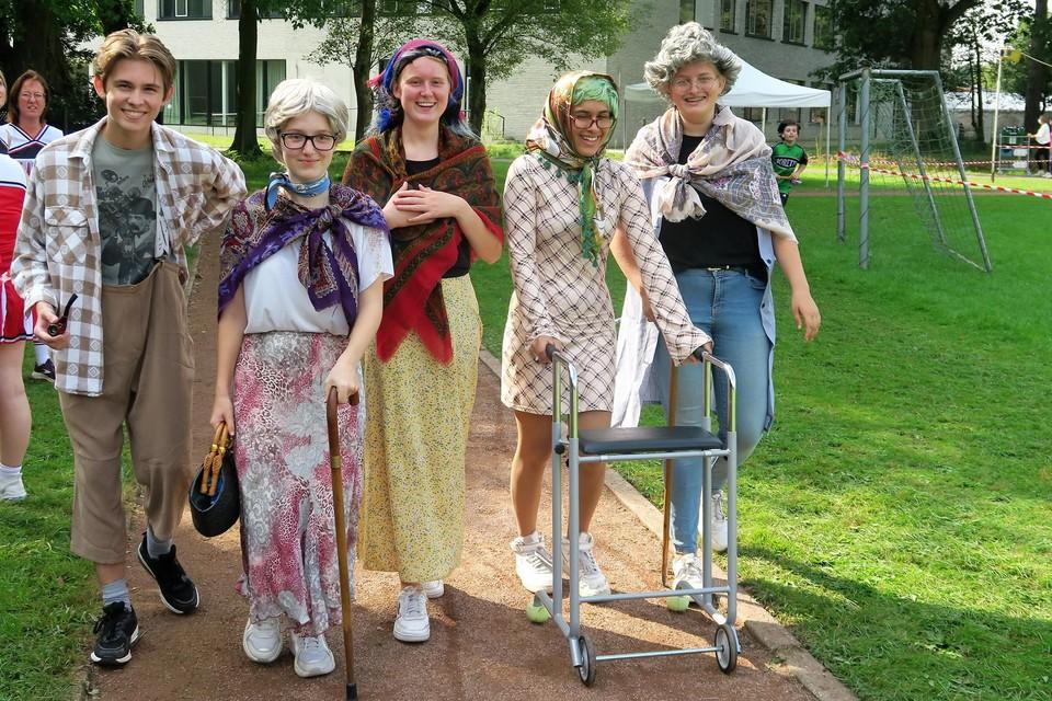 Dit zijn niet de bewoners van woonzorgcentrum Sint-Lodewijk, maar de aan de Hamagrun deelnemende leerlingen van 5 en   6 Verzorging. Zij braken geen snelheidsrecord...