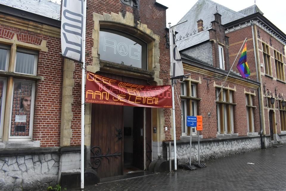 Onder meer de Kunstacademie hing de regenboogvlag uit.