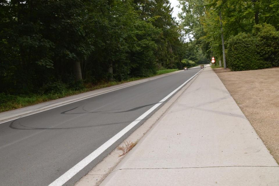 De zwarte bandensporen op het wegdek van de Kerkstraat ter hoogte van de begraafplaats waar het busje is teruggedraaid.
