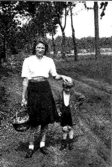 Prinses Lilian op een kasseiweg te Retie met een jonge plaatselijke inwoner.