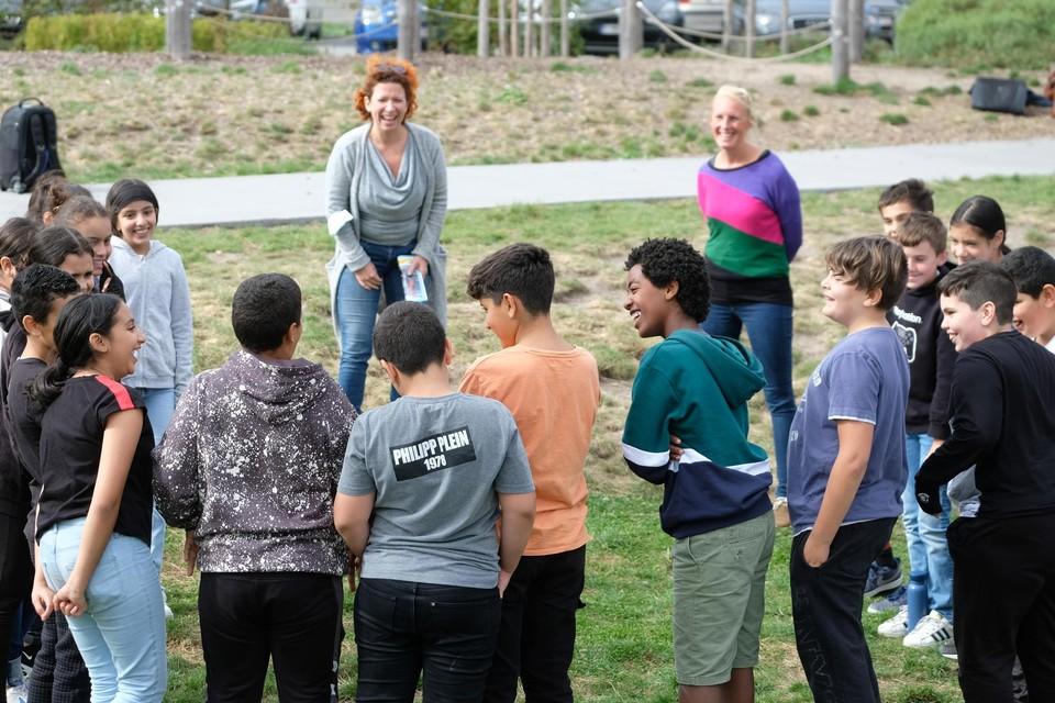 Veerle Malschaert en leerlingen van het zesde leerjaar Sint-Pietersschool tijdens de buitenles.