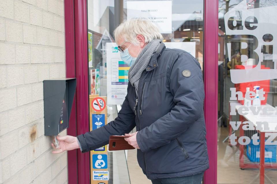 Academiedirecteur Dirk Lemmens maakt met behulp van zijn identiteitskaart en een persoonlijke code de bibdeur open.