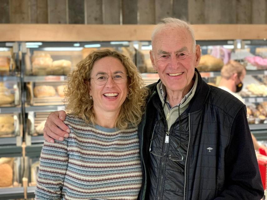 Vicky samen met haar vader Dirk aan de broodafdeling.
