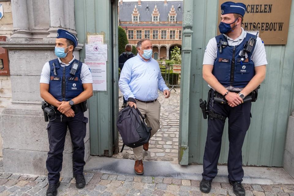 Marc Van Ranst verliet opgelucht het Mechelse gerechtshof nadat hij de uitspraak van de rechtbank had gehoord