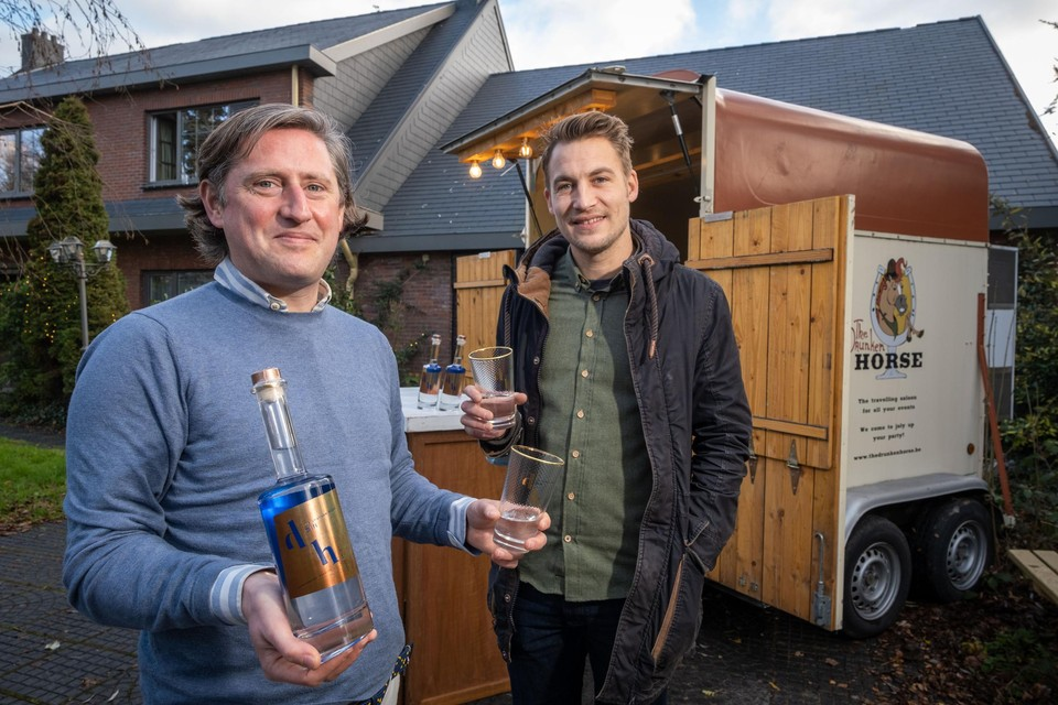 Tom en Benoit proeven hun gin voor hun haast legendarische paardentrailer.
