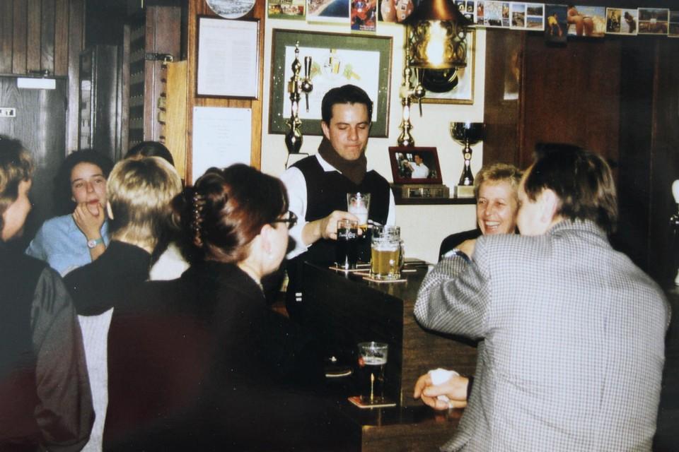 Aan de toog in café Sint-Lambertus.