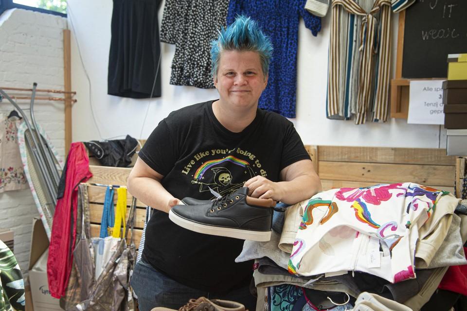 Sophie uit 'De Kemping' is vrijwilliger bij onder meer een winkel in tweedehandskleding.