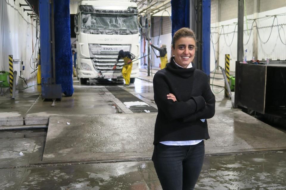 Bouchra en haar collega's maken trucks schoon op een ecologische manier. Ook inclusieve tewerkstelling zit in het DNA van deze onderneming, met inrit aan de Zomerweg, middenin de haven.