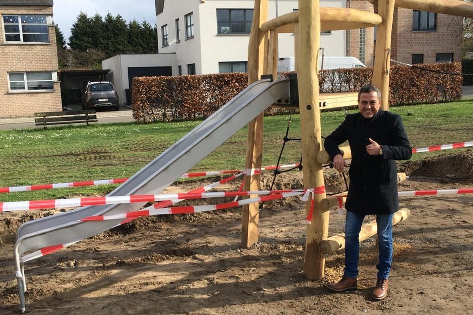 Schepen Murat Oner (CD&V) bij de vernieuwde speeltuin in de Turfsteeg.