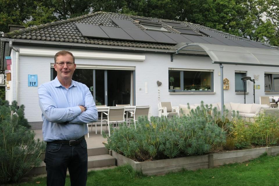 Schepen Paul De Swaef voor de zonnepanelen bovenop zijn eigen woning.